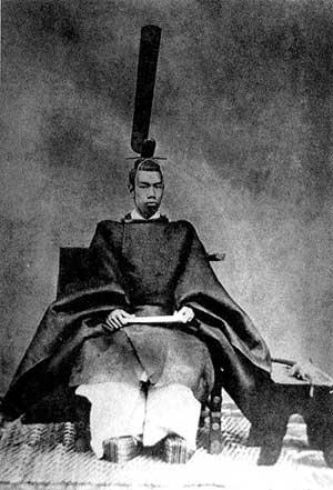 Foto do Imperador Mutsuhito com ornamento completo.
